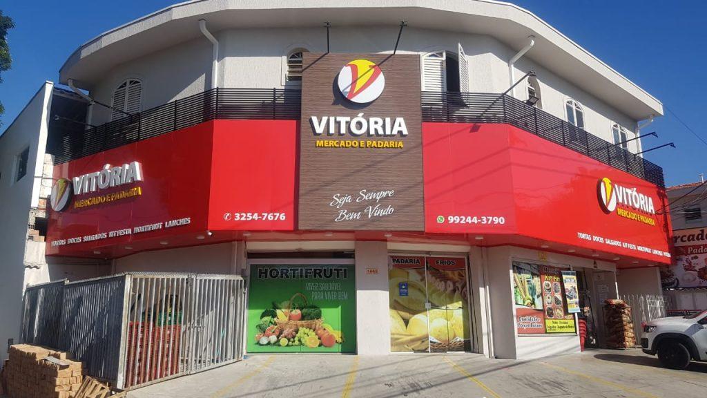 Vitória Mercado e Padaria | Fachada em acm com letra caixa